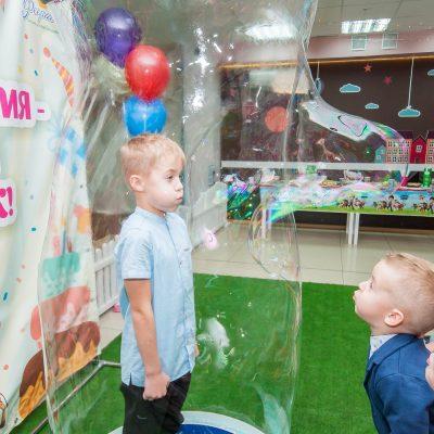 Детский праздник с гигантскими мыльными пузырями - соревнование в силе ветра