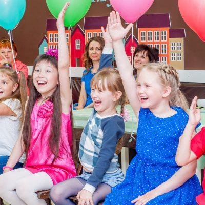 Счастливые дети на детском празднике в студии Феерия