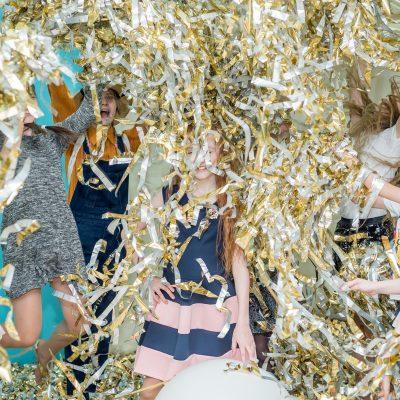 дети довольны и счастливы на фольгированном шоу от детской студии развлечений Феерия